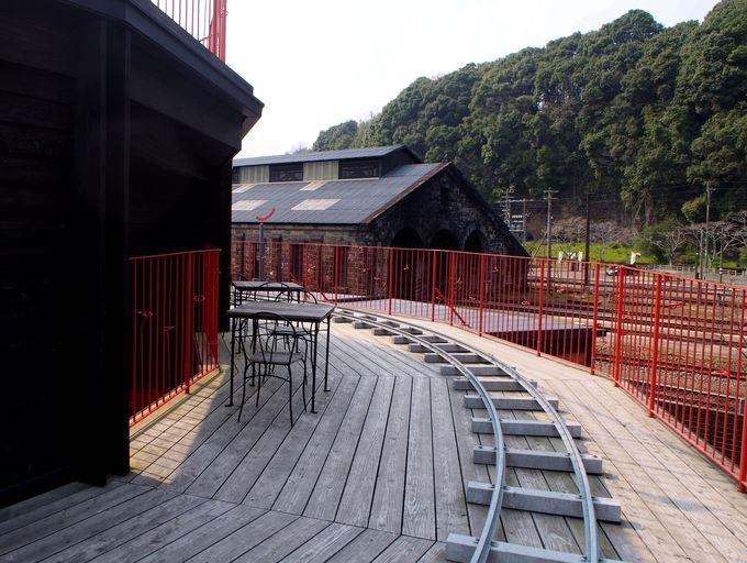 カフェでひと休みしたら屋上へ!気になる人吉機関車庫とは?