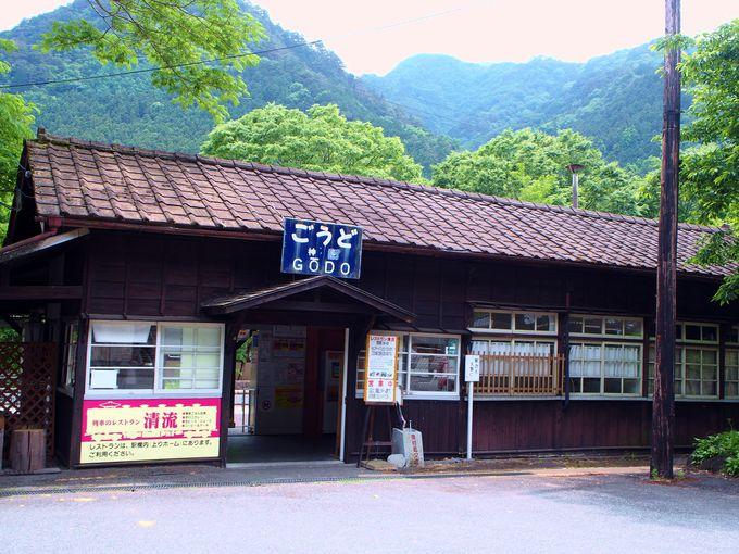 神戸駅の駅舎と列車レストランも見どころのひとつ