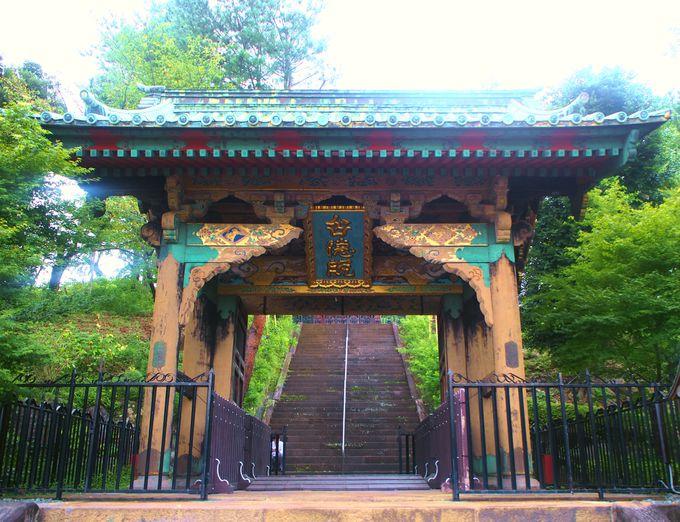 美しい三門を見ながら狭山不動尊の本堂へ