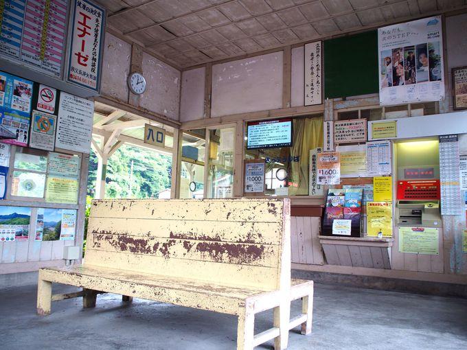 波久礼駅の味ある木造駅舎と夫婦滝