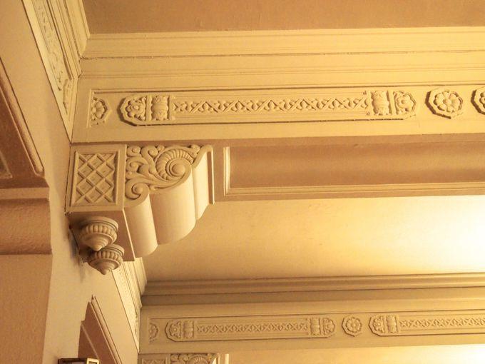 耐震用でもエレガンスは忘れずに。部屋ごとに装飾が違う巨大な梁