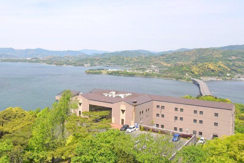 高台から浜名湖を眺めるロケーション