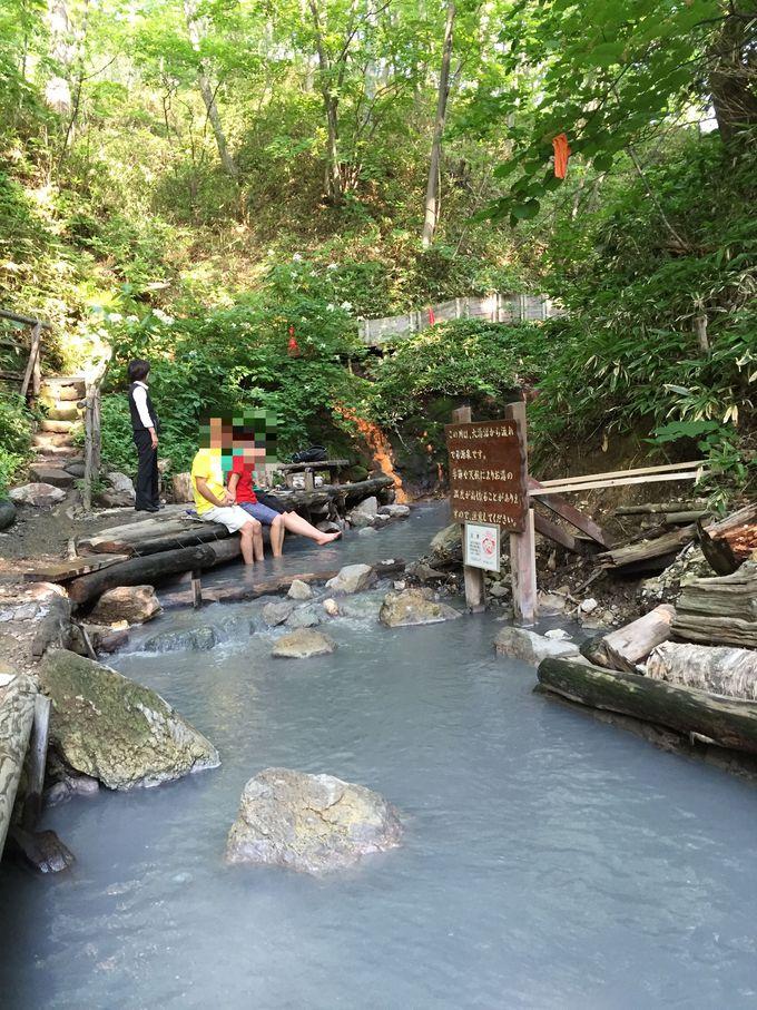 大湯沼から流れる温泉の川でワイルドに楽しむ!天然の足湯