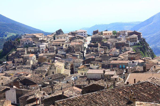 山道の先に現れるカラブリア山岳都市の宝石、チヴィタ