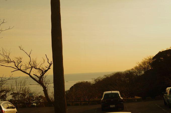 窓から見える海岸と夕焼け