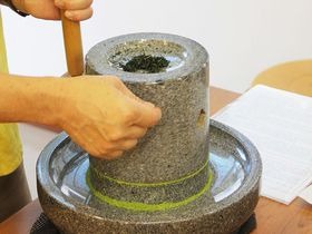 宇治茶文化を学ぶ!京都「福寿園宇治茶工房」石臼で挽く抹茶体験
