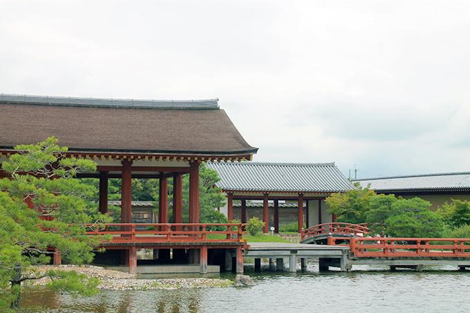 朱塗りの正殿と澄んだ水が流れる曲水