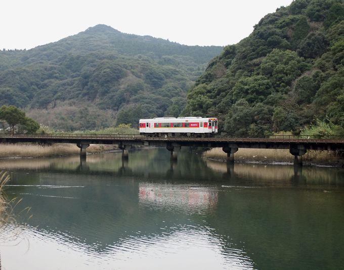 次は、車両と山並みが川面に映える「第2江迎川橋梁」
