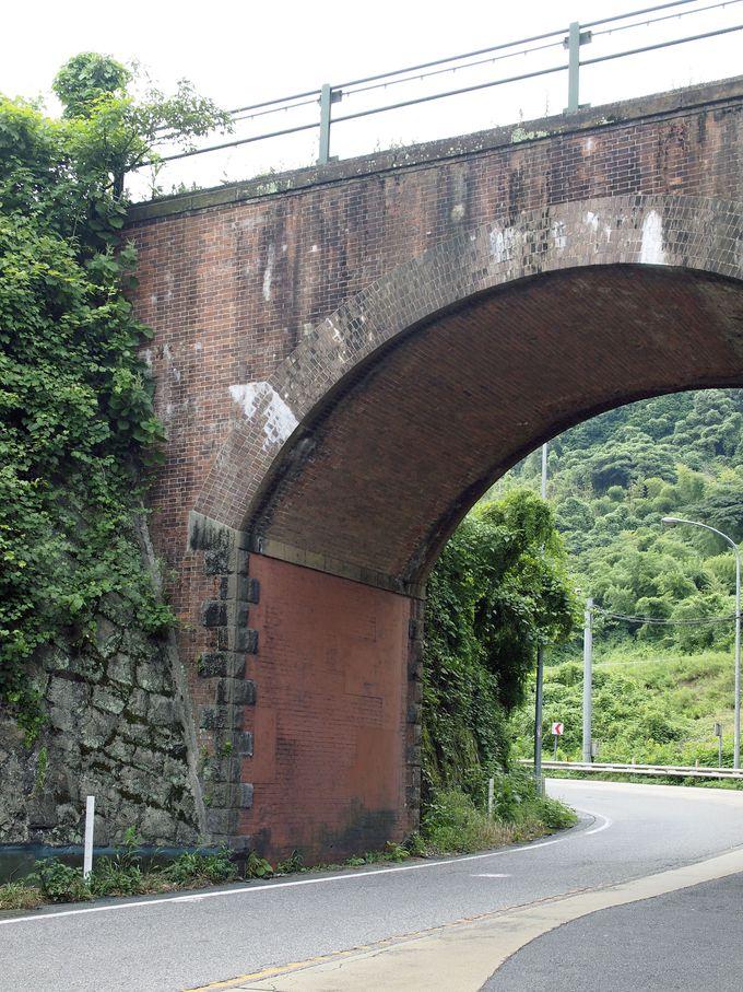 国道35号線を跨ぐ巨大なレンガ製アーチ橋「踊瀬(おどるせ)国道橋梁」