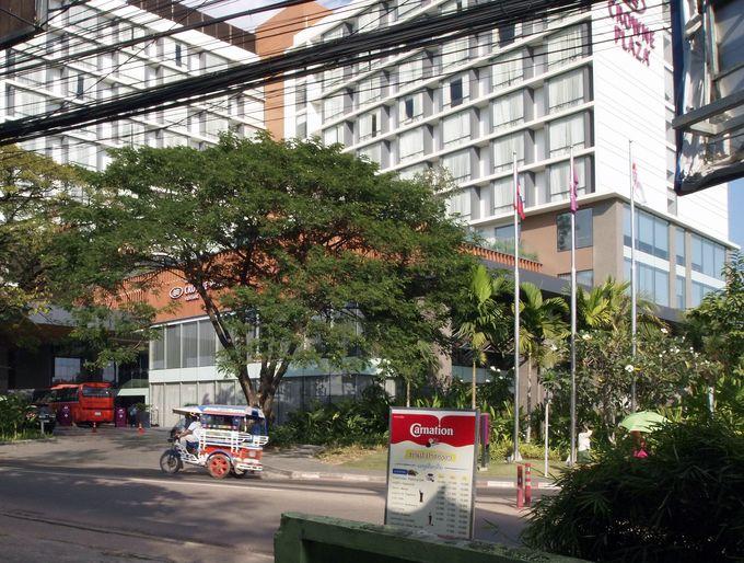 市内有数の五つ星高級ホテル「クラウンプラザ ビエンチャン」の目の前