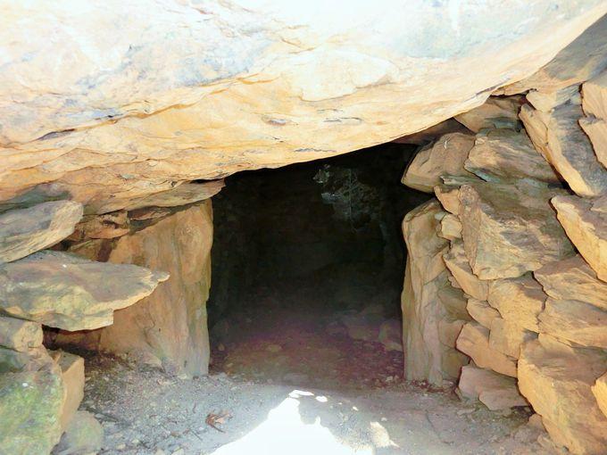 2つの古墳が残る岩屋山