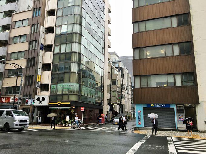 雑居ビルの立ち並ぶ裏通り。本当に神社はあるのか?