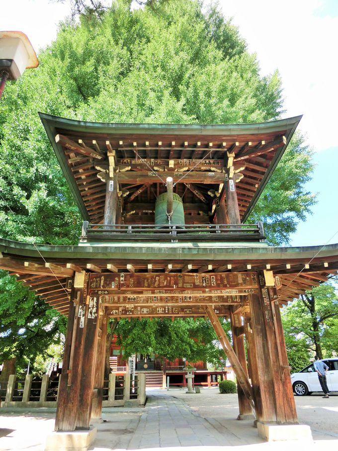 高山城の遺構を利用。意外な歴史を持つ鐘楼門