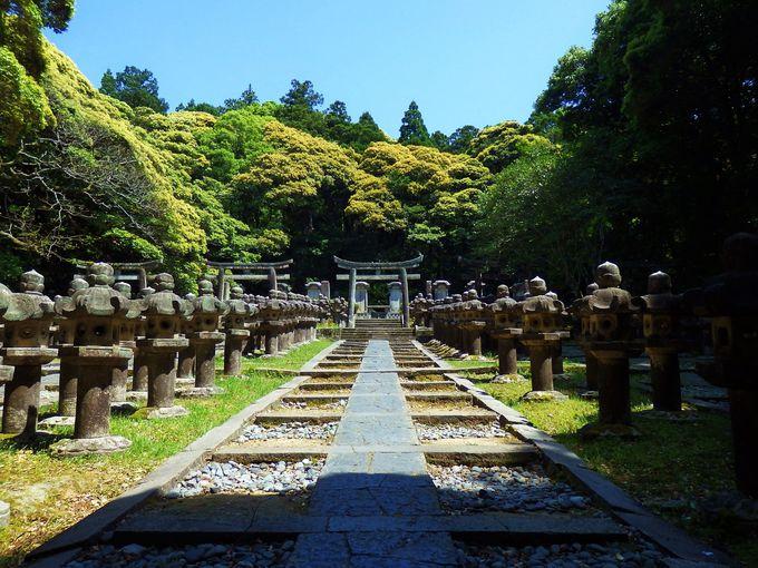 石灯籠の並ぶ神秘的な空間。毛利家墓所