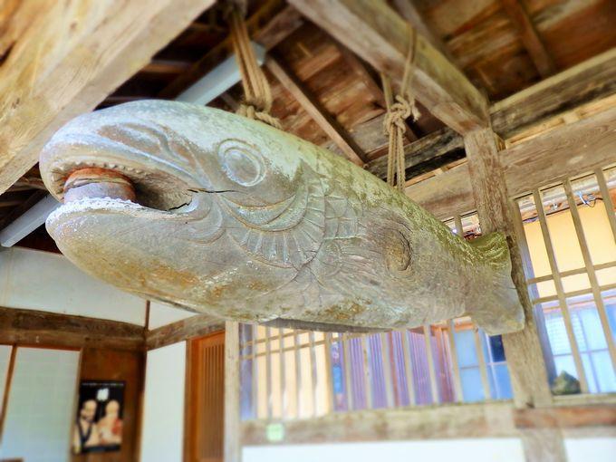 木造の巨大な魚の正体とは?