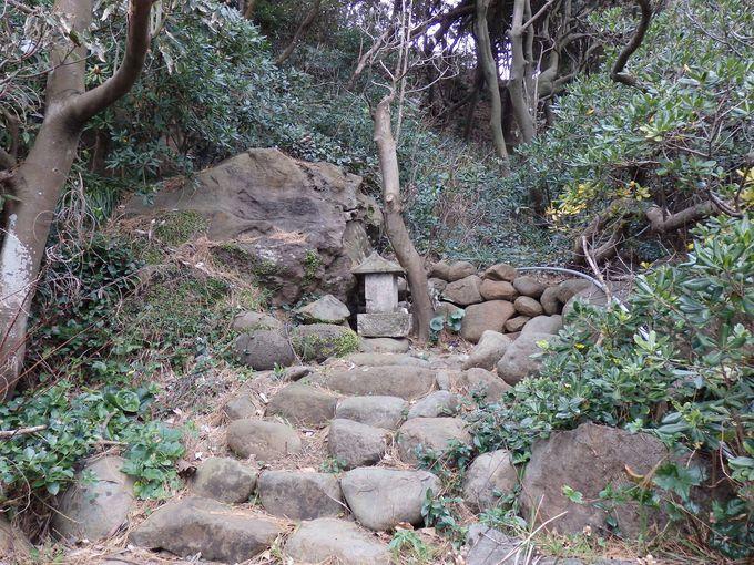 初島で騒動をまき起こした磯内膳の墓