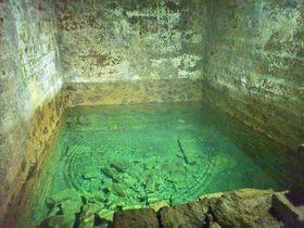 青い水が輝く静かな石切場。静岡県・松崎の室岩洞