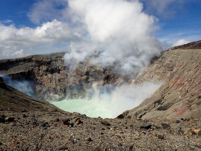 噴火したばかりの火口をのぞく。阿蘇山・中岳第一火口