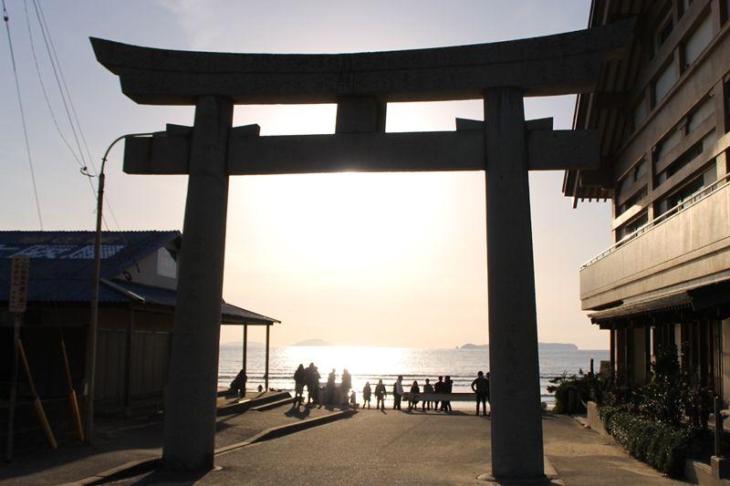 光の道の出発点!宮地浜の鳥居から宮地嶽神社を見上げよう