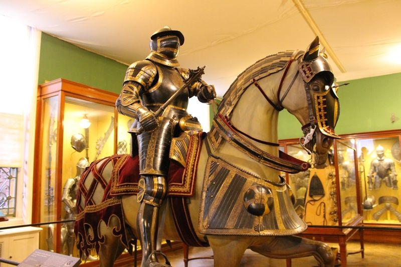 中世の騎士と遭遇!ハートフォード侯爵のブレードアーマー・コレクション
