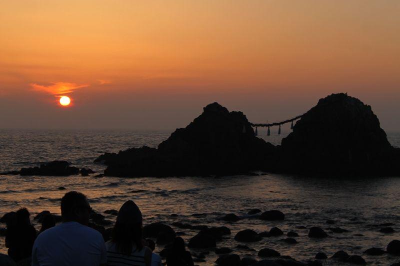縁結びのシンボル。福岡県糸島「桜井二見ヶ浦」の夫婦岩