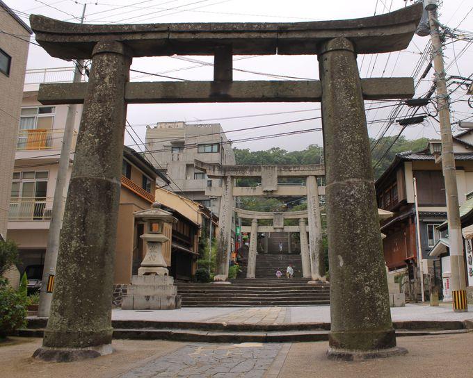 長崎・諏訪神社の縁結び祈願は、一の鳥居「男石」から