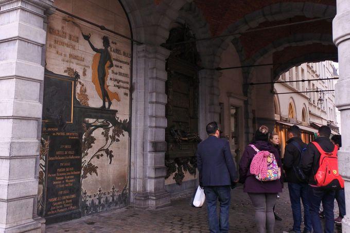 世界遺産「グランプラス」で幸運パワースポット「セルクラースの像」にタッチ!
