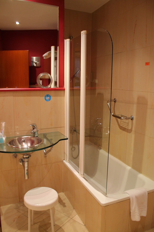 清潔なバスルームはバスタブつき!