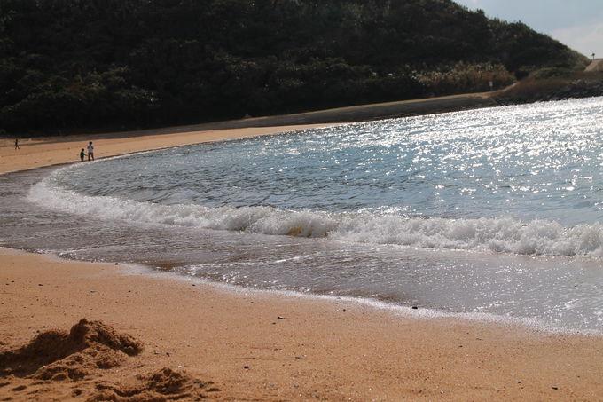 夕日が沈むロマンティックな浜辺