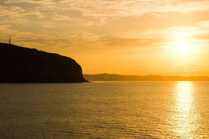 朝陽の中の函館山