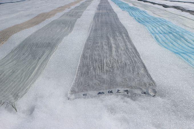 真っ白な雪に映える!「越後上布の雪晒し」