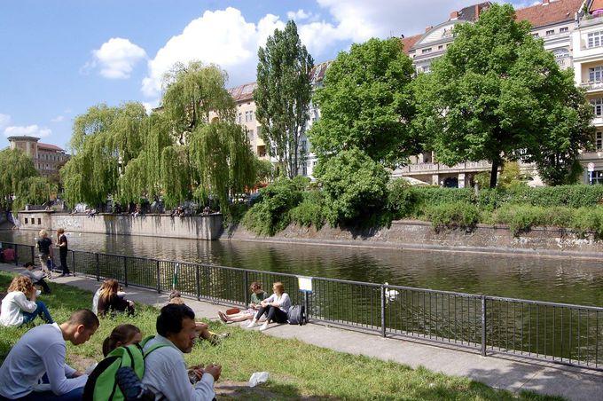開放的な運河沿いでまったり