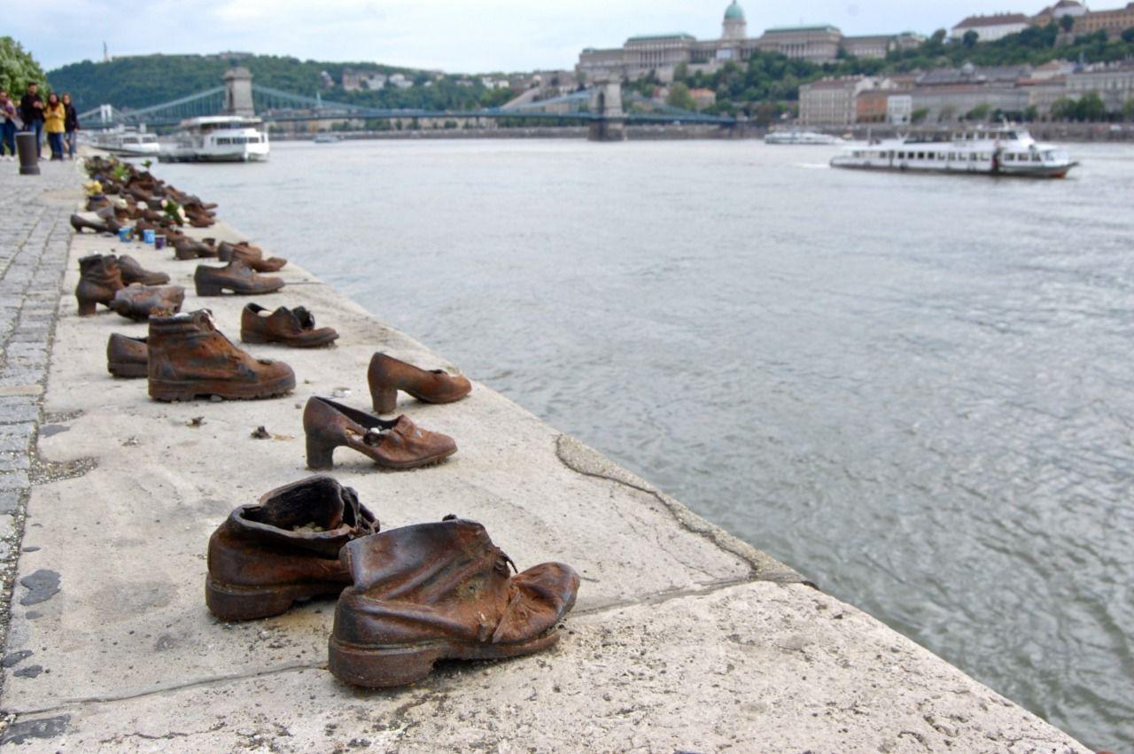 ドナウ川沿いに並ぶ靴に隠された悲しい歴史