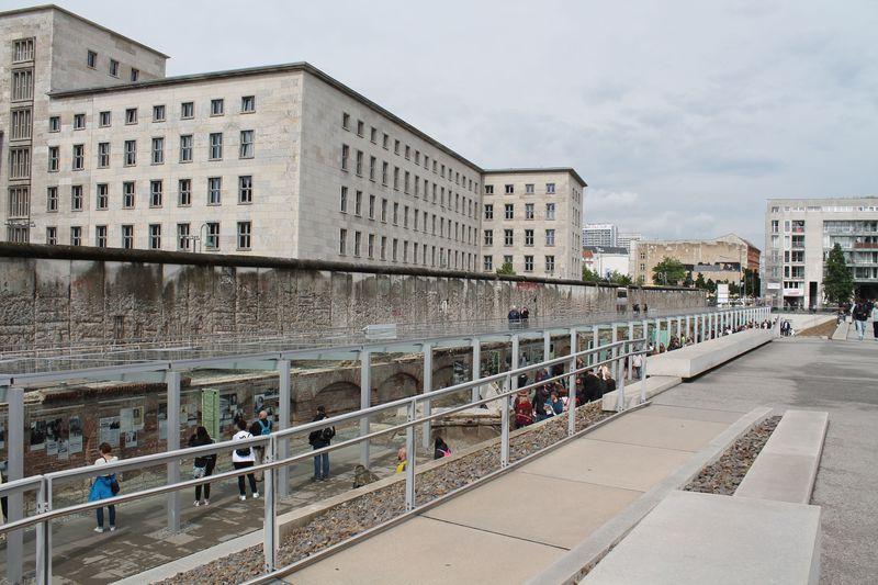 ベルリンの歴史「テロのトポグラフィー」でナチス恐怖政治の爪痕を見学