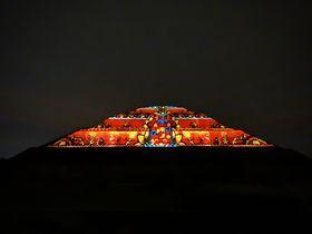 感動!メキシコ・ライトショーで夜空に浮かび上がる太陽のピラミッド