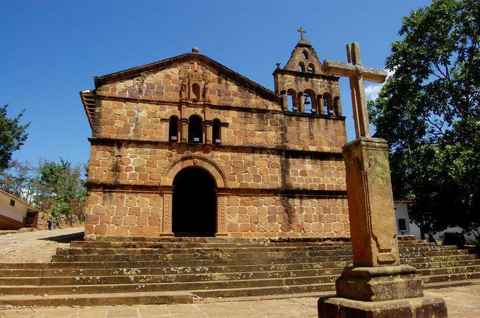 丘の上の素朴なレンガ造りの教会