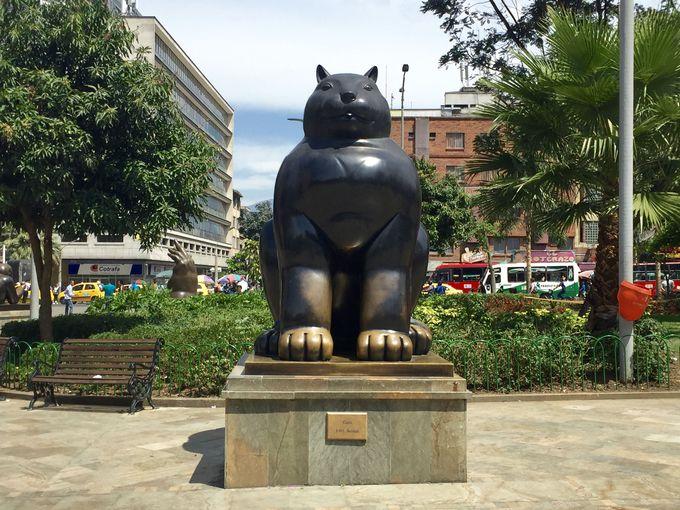 「ボテロ広場」でボテロ作品と記念撮影