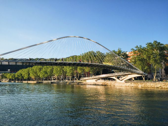 ビルバオ市内を流れる川沿いは現代建築の宝庫!