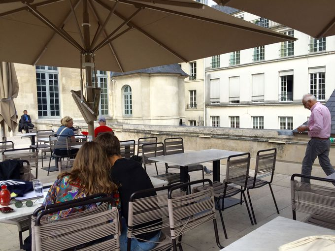 屋上カフェで贅沢な休憩タイム