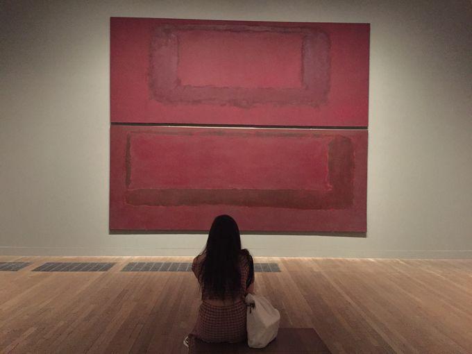 アートを体感できる部屋で瞑想気分