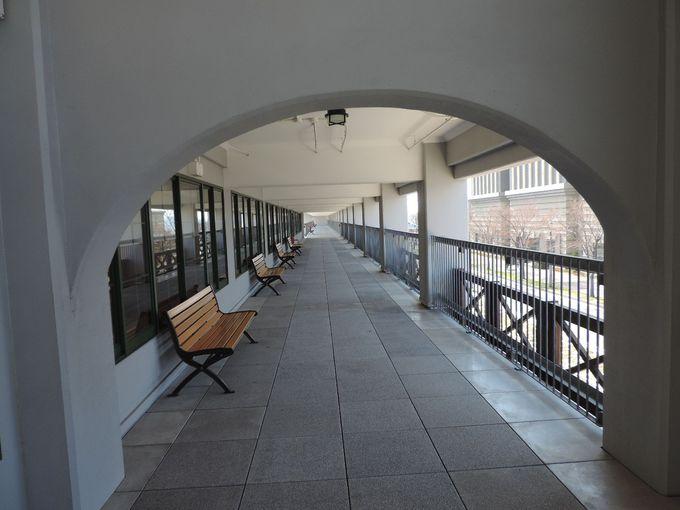 2階のコリドーは絶好のタイムスリップ・ポイント