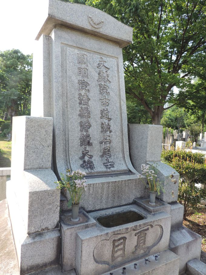 最後は「こころ」にも登場した霊園で漱石のお墓参り