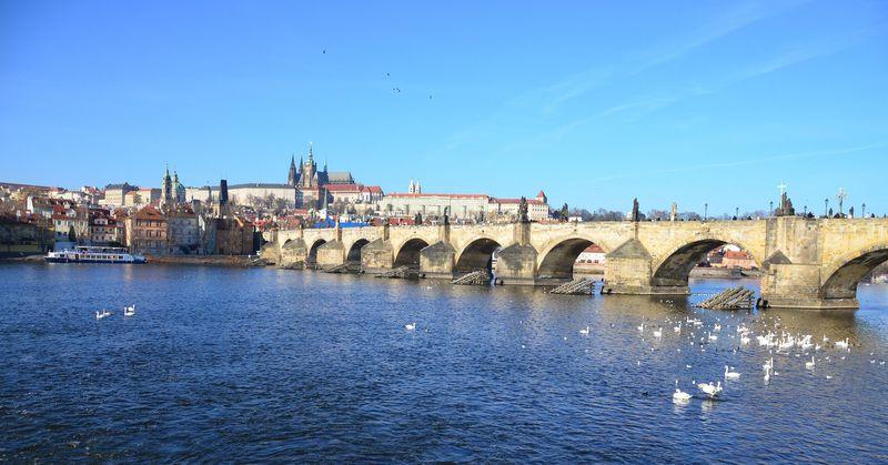 プラハ最古の石橋「カレル橋」を様々な角度から見てみよう