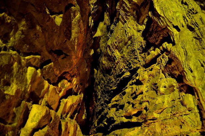 特異な地層から成る鍾乳洞
