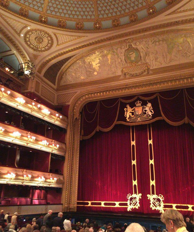 品格のある講堂でオペラ鑑賞