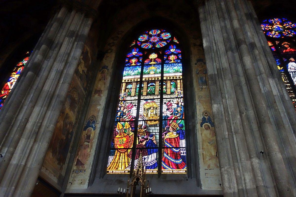 色鮮やかなステンドグラス「ヴォティーフ教会」