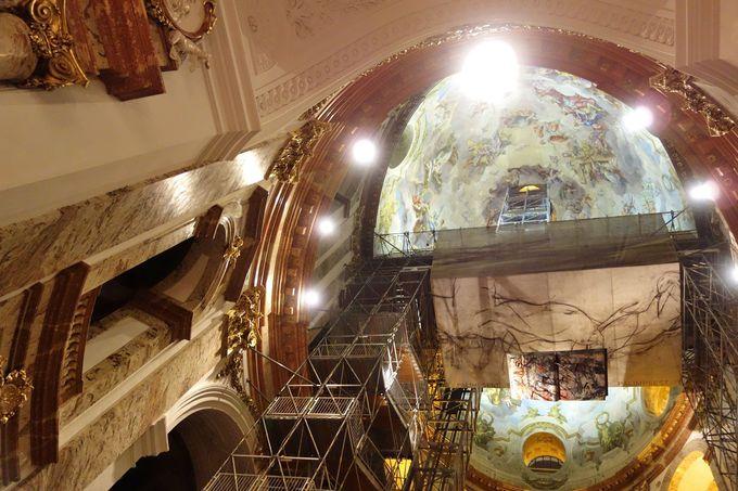 天井の美しいフレスコ画は必見!