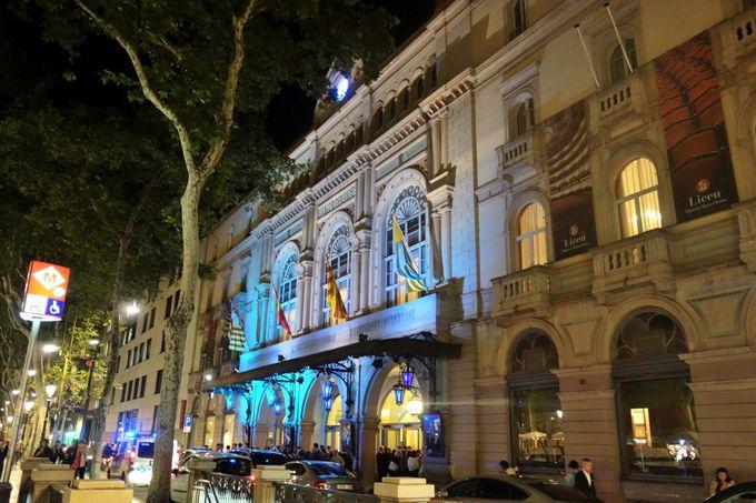 目抜き通りに建つ歴史的オペラ座