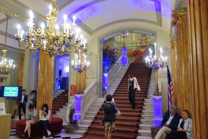 大理石の大階段を上がって客席へ!