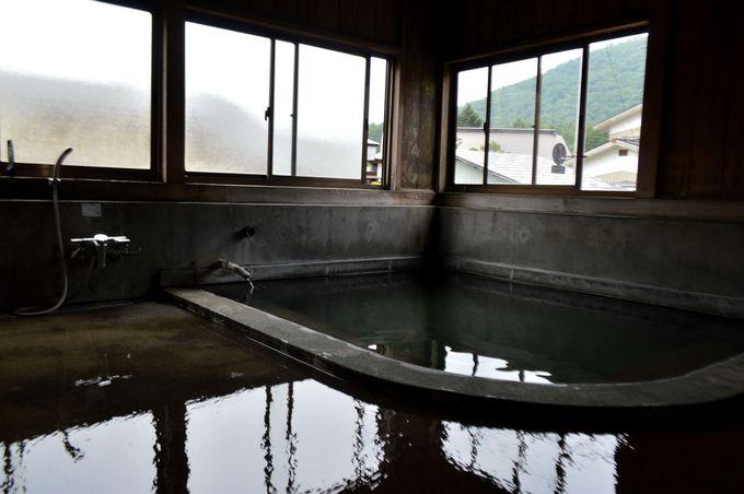 男女別の共同浴場「弘法湯」
